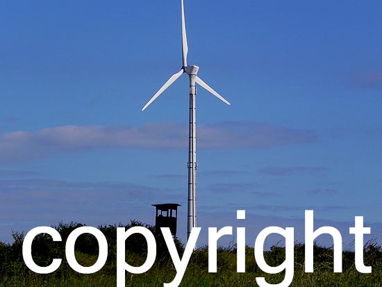 Windkraftanlage mit Jagdkanzel